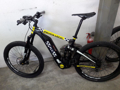 Dos bicicletas rotuladas